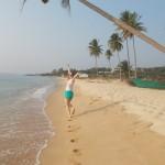 девушка бежит по берегу моря
