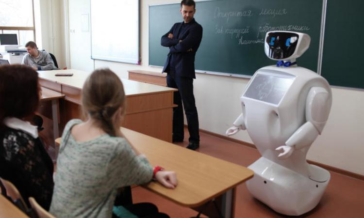 robot-prepodavatel-alantim-posetit-vuz-ufy-v-den-otkrytyh-dverey_1